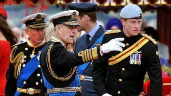 En esta foto de archivo tomada el 3 de junio de 2012, miembros de la familia real (de izquierda a derecha) el Príncipe Carlos, el Príncipe de Gales, el Príncipe Felipe, el Duque de Edimburgo, el Príncipe William y el Príncipe Harry hablan a bordo del Spirit of Chartwell durante el Diamante del Támesis.