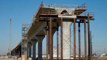 Fotografía de archivo del 6 de diciembre de 2017 que muestra una de las secciones elevadas de un tren de alta velocidad en construcción en Fresno, California.