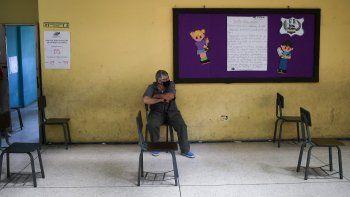 Un votante solitario espera el turno para emitir su voto durante las elecciones para elegir a los miembros de la Asamblea Nacional en Caracas, Venezuela, el domingo 6 de diciembre de 2020.