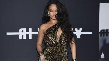 La cantante y diseñadora de modas Rihanna asiste al evento de lanzamiento del libro Rihanna en Nueva York el 11 de octubre de 2019. La cantante dijo encontrar refugio en la música en estos tiempos.