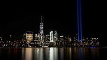En esta imagen de archivo, tomada el 11 de septiembre de 2017, el Tribute in Light ilumina el cielo en el Bajo Manhattan, Nueva York, visto desde la otra orilla del Río Hudson, en Jersey City, New Jersey.