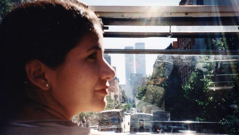 Cynthia Ramírez durante un paseo por Nueva York. Al fondo se observa el World Trace Center, caido en el ataque terrorista del 9 de septiembre de 2001.