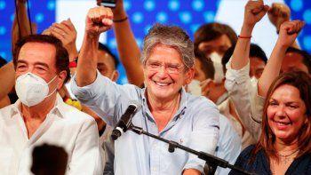 Guillermo Lasso, candidato presidencial del movimiento CREO, celebra tras una segunda vuelta de las elecciones presidenciales en la sede de su campaña en Guayaquil, Ecuador, el domingo 11 de abril de 2021. Con la mayoría de los votos contados, Lasso, un exbanquero, tenía ventaja sobre el economista Andrés Arauz, protegido del expresidente Rafael Correa.