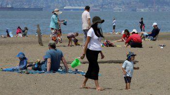 Personas mantienen el distanciamiento social en la Playa Estatal Robert W. Crown Memorial, en Alameda, California, el viernes, 22 de mayo del 2020.