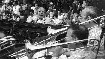 En esta foto de archivo tomada el 16 de julio de 1983, el pianista y compositor de jazz francés Claude Bolling (C) actúa con una big band durante la décima edición del festival de música Grande Parade du Jazz en Niza, sureste de Francia.