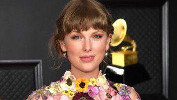 En esta foto cortesía de The Recording Academy, la cantante y compositora estadounidense Taylor Swift, ganadora del premio Álbum del año por Folklore, posa en la sala de prensa durante la 63 entrega anual de los Grammy en el Centro de Convenciones de Los Angeles el 14 de marzo de 2021.
