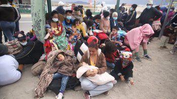 Los migrantes venezolanos se reúnen después de cruzar ilegalmente la frontera entre Bolivia y Chile en Colchane, Chile, el 3 de febrero de 2021. El paso fronterizo entre la pequeña ciudad de Colchane, Chile, y la ciudad de Pisiga, Bolivia, en una zona andina a más a más de 3.600 metros sobre el nivel del mar, se convirtió en los últimos meses en ruta para extranjeros, en su mayoría venezolanos, a pesar de la dureza y temperaturas extremas que deben soportar en esa zona.