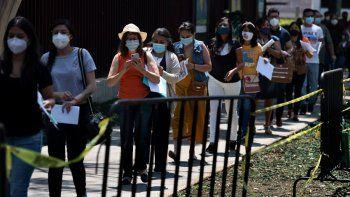 Educadoras hacen fila para que les pongan la vacuna de CanSino contra el COVID-19 en el Instituto Politécnico Nacional en la Ciudad de México, el martes 18 de mayo de 2021