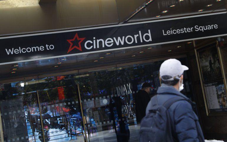 Un hombre pasa frente a las salas de cine de la cadena Cineworld en Leicester Square