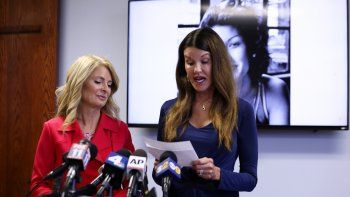 La modelo Janice Dickinson habla en una conferencia de  prensa en Los Angeles sobre un acuerdo en  su demanda por difamación contra el comediante. A la  izquierda su abogada, Lisa Bloom.