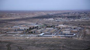 En esta imagen del 29 de diciembre de 2019 tomada desde un helicóptero, la base aérea de Ain al-Asad, en el desierto de Anbar, Irak. Al menos 10 cohetes impactaron el miércoles contra una base militar iraquí en el oeste de Irak donde hay alojadas tropas de la coalición que lidera Estados Unidos, según dijo un portavoz de la coalición.