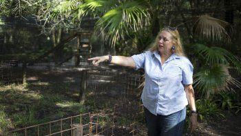 En esta fotografía de archivo del 20 de julio de 2017, Carole Baskin, fundadora de Big Cat Rescue, camina en la propiedad cerca de Tampa, Florida. La familia de Don Lewis, un hombre de Florida que desapareció en 1997 y cuya historia está incluída en la serie Tiger King, contrató a un abogado y ofrece 100.000 dólares a cambio de información para resolver el caso.