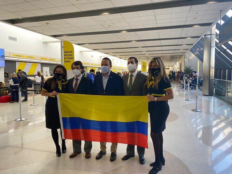 En los extremos, dos integrantes de la tripulación de Spirit Airlines; en el centro el Gobernador de Santander Mauricio Aguilar y el cónsul de Colombia en Miami, Pedro Agustín y Camilo Rubiano, el vicecónsul.