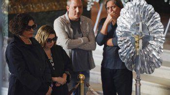 Maria do Ceu Harris, a la izquierda, la viuda de Joao Gilberto, observa  el cuerpo del ícono cultural brasileño durante su funeral en el Teatro  Municipal en Rio de Janeiro.