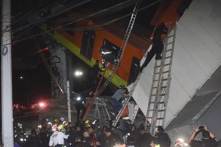 Bomberos y personal de rescate de Ciudad de México trabajan para recuperar a las víctimas de un vagón del metro que cayó luego de que una sección de la Línea 12 del metro colapsara en Ciudad de México