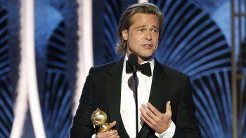En esta imagen difundida por NBC, Brad Pitt recibe el Globo de Oro al mejor actor de reparto por Once Upon A Time...In Hollywood, el domingo cinco de enero del 2020 en Beverly Hills, California.