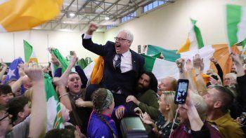 Thomas Gould, del Sinn Fein, celebra después de encabezar la encuesta para ser elegido en Cork North Central, durante el recuento de las elecciones generales irlandesas en el Nemo Rangers GAA Club.