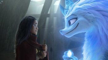Los personajes animados de Raya, a la izquierda, y la dragona Sisu en una escena de la nueva película de Disney Raya and the Last Dragon (Raya y el último dragón).