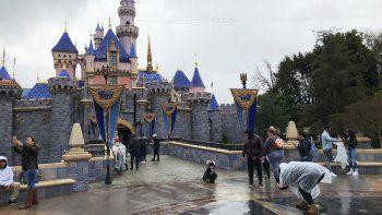 En esta foto del 13 de marzo de 2020, visitantes se toman fotos en Disneyland en Anaheim, California. Jungle Cruise, una de las atracciones originales de los parques temáticos de Disney, será remodelada.