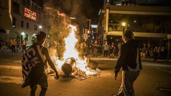 Manifestantes prenden fuego a una pila de basura tras la muerte a tiros a manos policiales de un individuo buscado por posesión ilegal de un arma de fuego el jueves, 3 de junio del 2021, en Minneapolis.