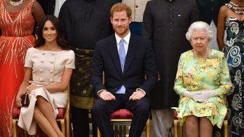 En esta foto de archivo tomada el 26 de junio de 2018 (LR), Meghan, duquesa de Sussex, el príncipe Harry de Gran Bretaña, el duque de Sussex y la reina Isabel II de Gran Bretaña posan para una foto durante la ceremonia de entrega de premios de los jóvenes líderes de la reina el 26 de junio de 2018 en el Palacio de Buckingham, en Londres.