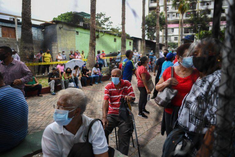 La gente espera recibir la primera dosis de la vacuna Sputnik V contra Covid-19 durante una jornada de vacunación promovida por el municipio y apoyada por el régimen venezolano en el barrio 23 de Enero de Caracas