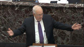 Imagen tomada de video de Ken Starr, abogado del presidente Donald Trump, durante el juicio político contra Trump en el Senado en el Capitolio de Estados Unidos en Washington, el lunes 27 de enero de 2020. (Senate Television vía AP)