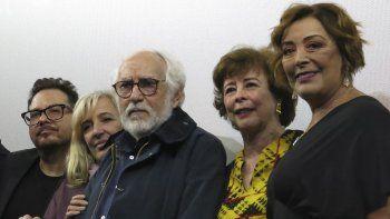 El director mexicano Arturo Ripstein, en el centro, poses posa con su esposa y guionista Paz Alicia Garciadiego, segunda de la derecha, y la actriz Silvia Pasquel, a la derecha, durante la presentación de su película El diablo entre las piernas en el Festival Internacional de Cine de Morelia, el lunes 21 de octubre del 2019 en Morelia, México.