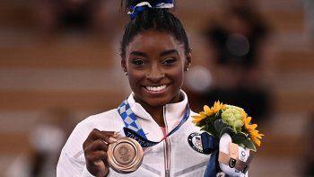 La estadounidense Simone Biles posa con su medalla de bronce durante la ceremonia del podio de la barra de equilibrio femenina de gimnasia artística de los Juegos Olímpicos de Tokio 2020