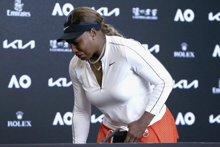 Esta foto publicada por Tennis Australia el 18 de febrero de 2021 muestra a Serena Williams de los EE. UU. Se emociona en una conferencia de prensa después de perder su partido de semifinales femeninas contra la japonesa Naomi Osaka en el día once del torneo de tenis Abierto de Australia en Melbourne.