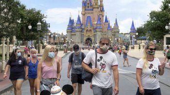 En esta fotografía de archivo del 11 de julio de 2020, el público usa cubrebocas requeridos para asisitir a la reinaguración de Magic Kingdom en Walt Disney World.