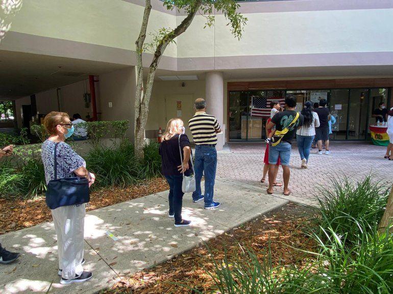 Bolivianos en el sur de la Florida hacen la fila para votar en un centro habilitado en Doral