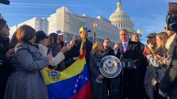 Los congresistas Mario Díaz-Balart, (republicano) y Debbie Wasserman Schultz, (demócrata), dos de los legisladores que integran el caucus venezolano en el Congreso de Estados Unidos.