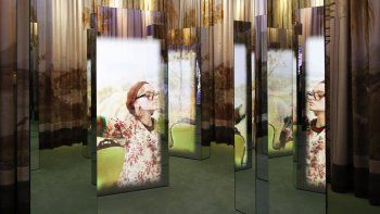 Una vista de una campaña publicitaria de Gucci seleccionada para una exposición para celebrar el centenario de la casa de modas en el Jardín Gucci en Florencia, Italia, el jueves 13 de mayo de 2021. El director creativo de Gucci Alessandro Michele celebra el aniversario de la casa de modas con una exposición.