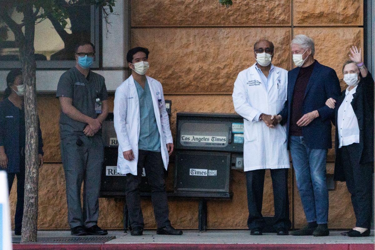 El expresidente Bill Clinton, acompañado de su esposa Hillary Clinton, tras ser dado de alta del Centro Médico Irvine de la Universidad de California, donde pasó cinco días recuperándose de una infección no relacionada con el COVID-19, el 17 de octubre de 2021.