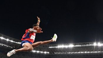 El cubano Juan Miguel Echevarría compite en la clasificación de salto de longitud masculino durante los Juegos Olímpicos de Tokio 2020 en el Estadio Olímpico