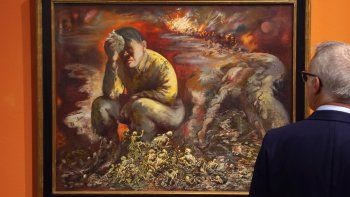 Un hombre observa la pintura Caín o Hitler en el infierno de George Grosz durante una presentación a la prensa en el Museo Histórico Alemán, en Berlín, el martes cuatro de febrero del 2020. La obra de 1944 forma parte de una nueva colección permanente en el museo.