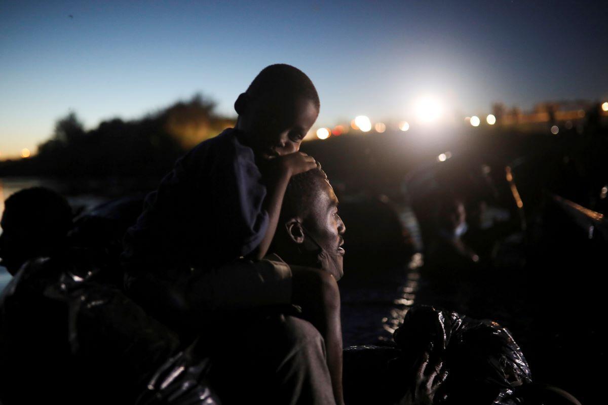 Migrantes, la mayoría de Haití, cruzan el río Bravo hacia Del Río, Texas, desde Ciudad Acuña, México.