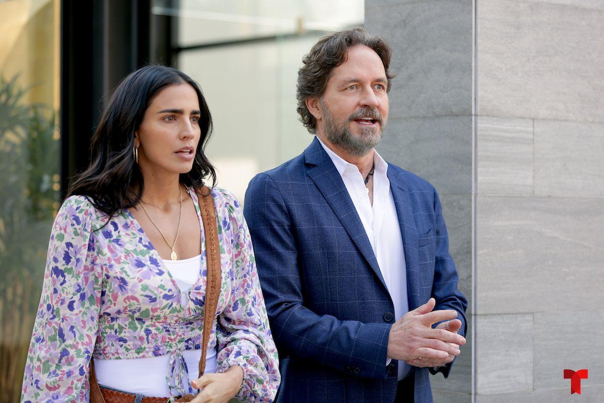 Bárbara de Regil como Carmen y Guy Ecker como George, en una escena de Parientes a la fuerza, que Telemundo estrena el martes 26 de octubre, a las 9 pm.