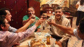De frente, el excongresista David Rivera con Al Gutman. A la izquierda los diputados Daniel Ortega Reyes (FSLN, de lentes y camisa manga larga), expresidente del Parlamento Centroamericano (Parlacen); y Carlos Remberto González, diputado del Parlacen y aliado del izquierdista Frente Farabundo Martí (FMLN), reunidos a inicios de septiembre del 2012, en la ciudad de Miami, se presume el encuentrofue en Cuban Crafters, uno de sus accionistas era Gutman. Kike Berger, un industrial del tabaco que habría ayudado a Rivera. Ambos ya fallecieron, Gutman en febrero de 2019 y Berger en 2014. El último habría sido la persona que compró los pasajes Alliegro y la ayudó en Nicaragua, de acuerdo con declaraciones de Alliegro.