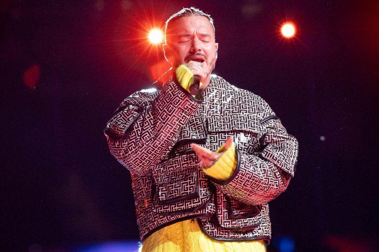 El cantante colombiano J Balvin se presenta en el escenario durante la grabación del concierto de recaudación de fondos Vax Live en el SoFi Stadium en Inglewood