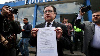 Carlos Poveda, uno de los abogados del fundador de Wikileaks, Julian Assange, ofrece declaraciones tras presentar una denuncia en Quito contra varios miembros de la misión diplomática de Ecuador en Londres.