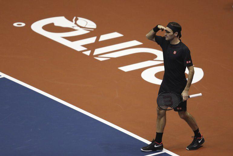 El suizo Roger Federer bromea con el público durante un partido de exhibición con Alexander Zverev en el Coliseo Rumiñahui de Quito