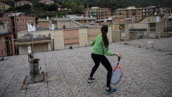 Vittoria Oliveri (al frente) practica tenis con su amigaCaroladesde las azoteas de sus edificios enFinale Ligure, en el noroeste de Italia, el 19 de abril de 2020.