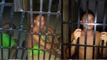 """En las imágenes se observa al reportero gráfico, Jesús Medina Ezaine mientras estuvo en la celda de castigo """"El Tigrito"""" en Ramo Verde. Medina ya no está detenido pero sigue con medidas cautelares."""