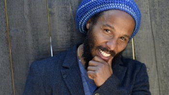 El músico Ziggy Marley posa para un retrato en Los Angeles el 2 de mayo de 2016. El hijo del ícono del reggae Bob Marley y Rita Marley encabezará el concierto por streaming Earth Day Eve 2021 de Nat Geo el miércoles.