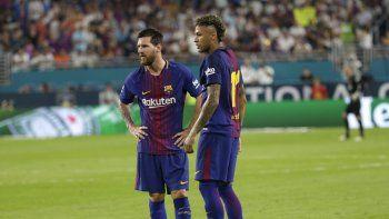 Lionel Messi de Barcelona, izquierda, y Neymar, derecha, de pie en el campo durante un descanso en la acción durante la primera mitad de un partido de fútbol de la Copa de Campeones Internacional contra el Real Madrid, el sábado 29 de julio de 2017, en Miami Gardens, Florida