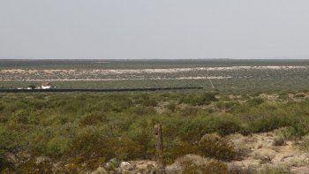 Fotografía del 23 de agosto de 2019 en la que puede verse una grúa al comenzar la construcción de un nuevo muro fronterizo al oeste de Santa Teresa, Nuevo México.
