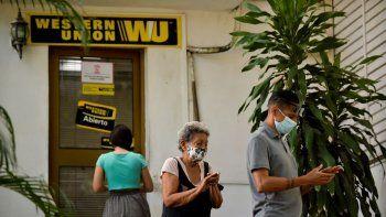Cubanos hacen cola frente a una oficina de Western Union en La Habana, el 28 de octubre de 2020. Más de 400 oficinas de Western Union en Cuba cerrarán sus puertas debido a las nuevas regulaciones impuestas por Estados Unidos a Fincimex, la compañía militar cubana que controla las remesas a Cuba.