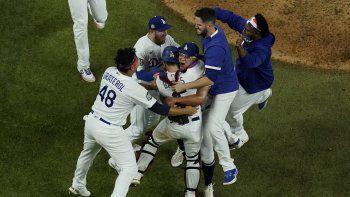 Los Dodgers de Los Ángeles celebran después de derrotar 3-1 a los Rays de Tampa Bay para ganar la Serie Mundial de béisbol en el Juego 6 el martes 27 de octubre de 2020 en Arlington, Texas.